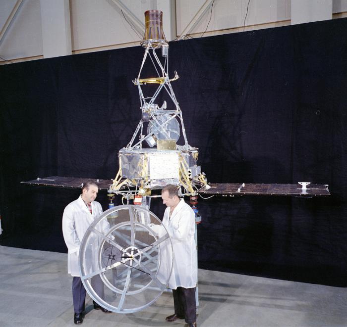 Американские ученые возле аппарата Mariner-1 / Источник: nasa.gov