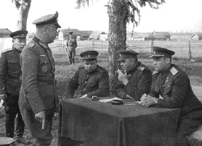 Маршал Василевский принимает капитуляцию генерал-майора Вермахта Альфонса Гиттера, Витебск, 28 июня 1944 года / Фото: soviethammer.blogspot.com