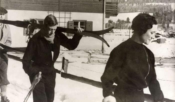 Уоллис и Эдуард в Кицбюэле, Австрия, 1935 год  Посмотреть полностью: https://www.spletnik.ru/blogs/govoryat_chto/163602_kto-takaya-uollis-simpson/ Фото: splentik.ru