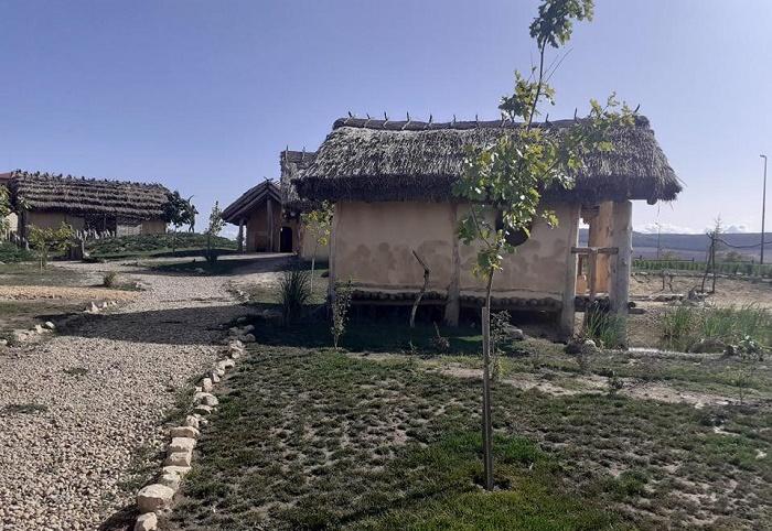 Реконструированное поселение эпохи неолита возле озера Дуранкулак в Болгарии / Источник: ipark.bg