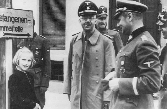 Гудрун Гиммлер с отцом во время посещения концлагеря СС «Дахау» / Фото: rbth.com