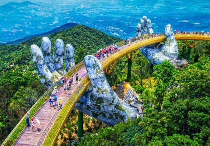 Монументальный Золотой Мост Вьетнама поддерживается гигантскими каменными руками / Фото: lifeglobe.net