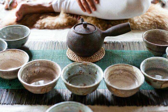 Маленькие пиалы и чайники призваны подчеркнуть ценность чая / Фото: hk.asiatatler.com