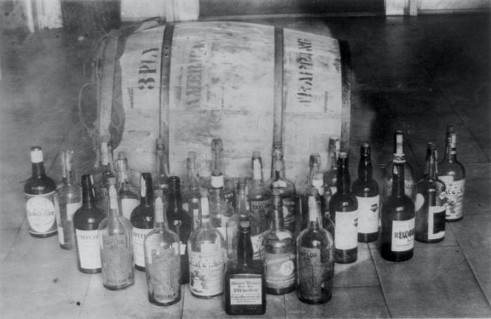Бочка и бутылки с конфискованным виски, 1920-е годы / Источник: twitter.com