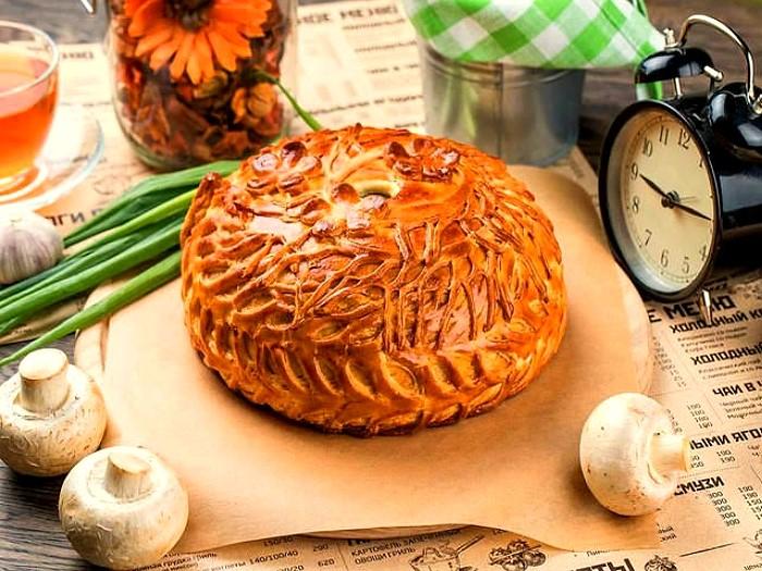 Традиционный курник обязательно покорит своей слоистой начинкой / Фото: sekreti-domovodstva.ru