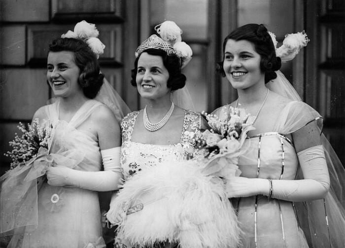 Розмари (справа) со своей сестрой Кэтлин (слева) и матерью перед тем, как познакомиться с королем и королевой. / Фото: Getty Images