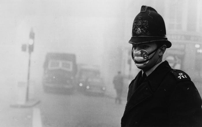 Британский полицейский на улице Лондона, 7 декабря 1952 года. / Фото: britannica.com