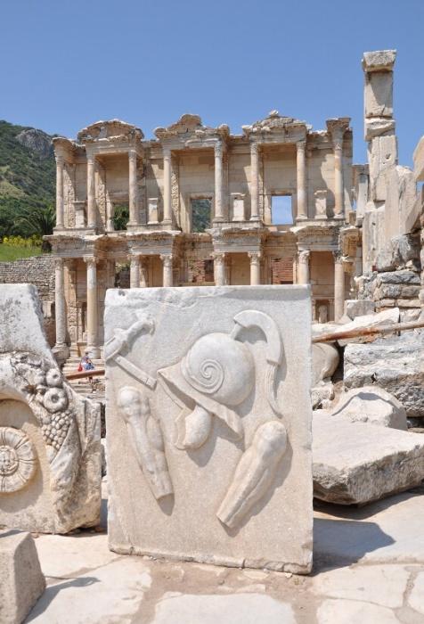 Стелла, найденная в Эфесе на кладбище гладиаторов / Источник: kemerinfo.ru