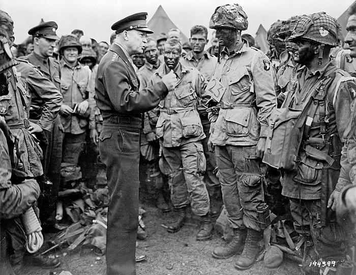 Верховный Главнокомандующий союзными войсками в Европе генерал Эйзенхауэр ведёт беседу с десантниками роты Е 502-го парашютно-десантного полка перед началом воздушно-десантной операции в Нормандии. 5 июня 1944 года / Источник: wikipedia.org