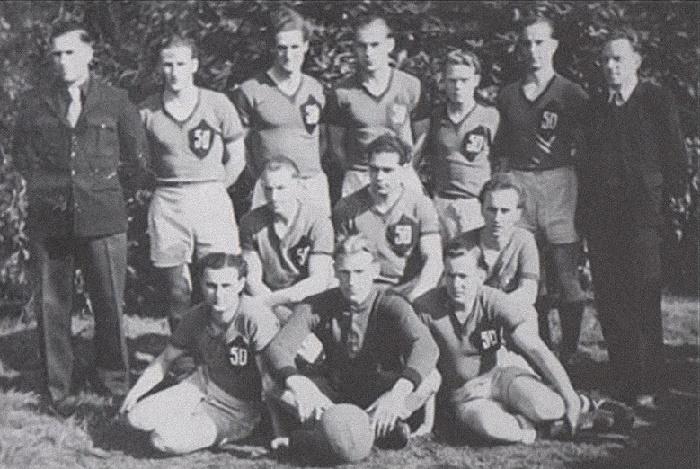 Берт Траутманн (в центре с мячом) в составе футбольной команды военнопленных «Лагерь 50» в Эштон-ин-Макерфилд, Манчестер, Англия, 1947 год / Фото: spartacus-educational.com