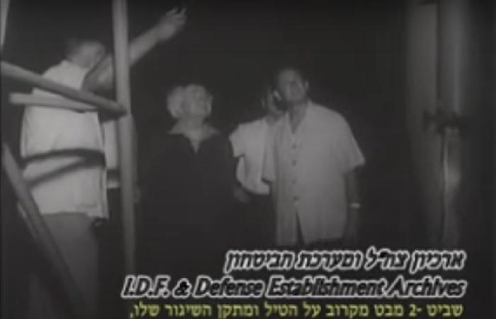 Премьеру Израиля Давиду Бен-Гуриону показывают ракету «Шавит-2». Кадр из документального фильма 1961 года / Источник: youtube.com
