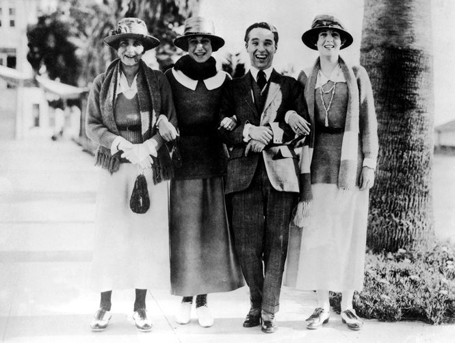 В центре фото: Уоллис Симпсон и Чарли Чаплин, 1926 год, США/ Фото: www.marieclaire.ru