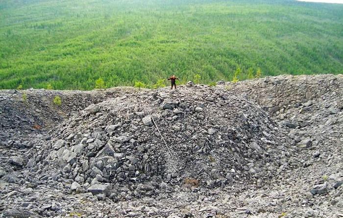 Конус из дробленого известняка в центре Патомского кратера / Фото: amusingplanet.com