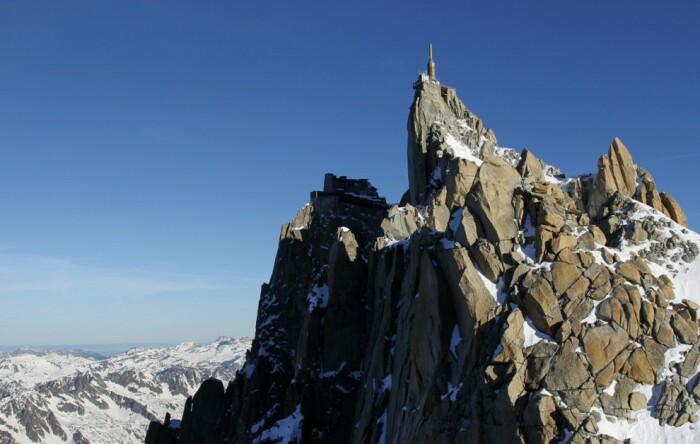 Вид смотровой площадки «Шаг в пустоту» на вершине горы Эгюий-дю-Миди во Французских Альпах / Фото: www.travel.ru
