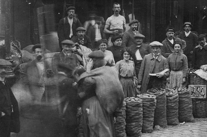 Продовольственный рынок в Париже, 1930-е года. / Фото: britannica.com