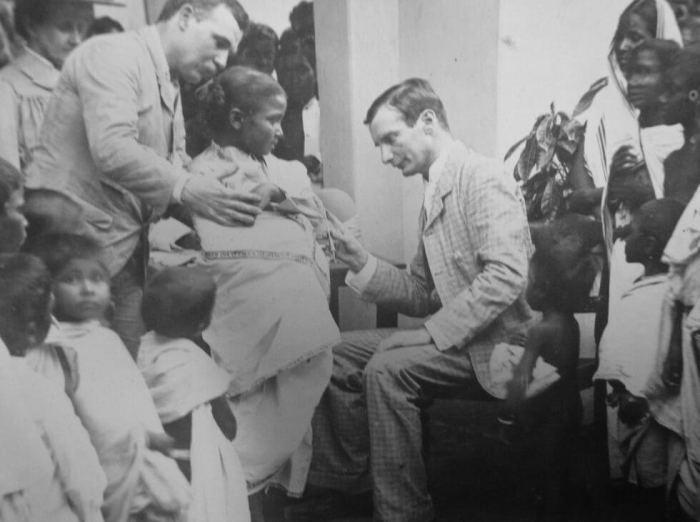 Доктор Владимир Хавкин в своей клинике в Бомбее. 1896 год. / Фото: odessa-journal.com
