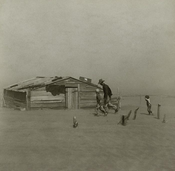 Фермер с сыновьями во время пыльной бури, Оклахома, 1936 год. / Фото: was.media.com