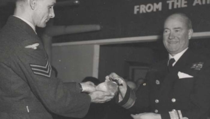 Британскому почтовому голубю Королевских ВВС вручают медаль Марии Дикин / Источник: wwii.space