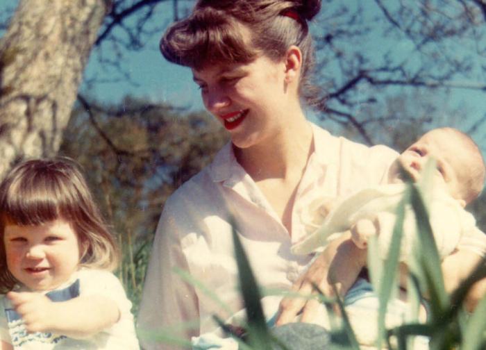 Сильвия с двумя детьми / Фото: https://i.guim.co.uk