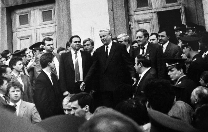 Борис Ельцин во время визита в Алтайский край. 1992 год / Фото: chasomart.ru