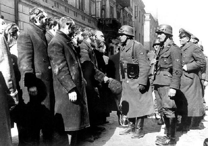 Солдаты и офицер СС в Варшавском гетто. / Фото: theguardian.com