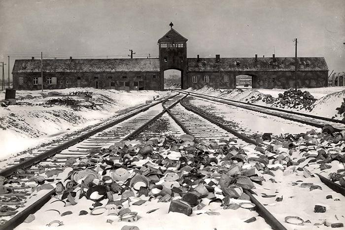 Железнодорожные ворота концлагеря «Аушвиц-Биркенау»(«Освенцим»). 1945 год. / Фото: yadvashem.org