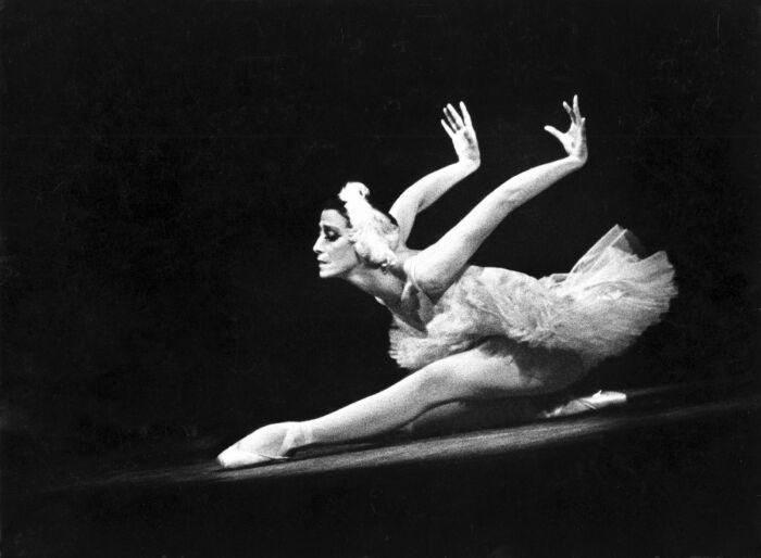 Майя Плисецкая исполняет танец «Умирающего лебедя» / Фото: superomsk.ru