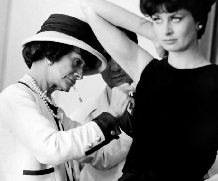 Коко Шанель во время примерки / Фото: vogue.ua