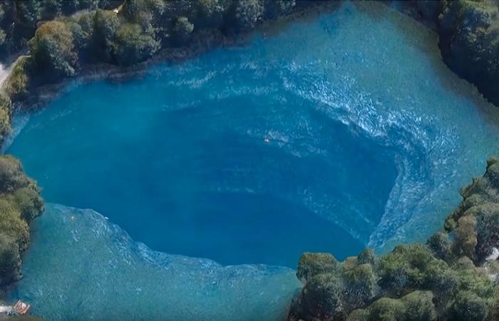 Нижнее озеро представляет собой колоссальный колодец / Источник: rbth.com