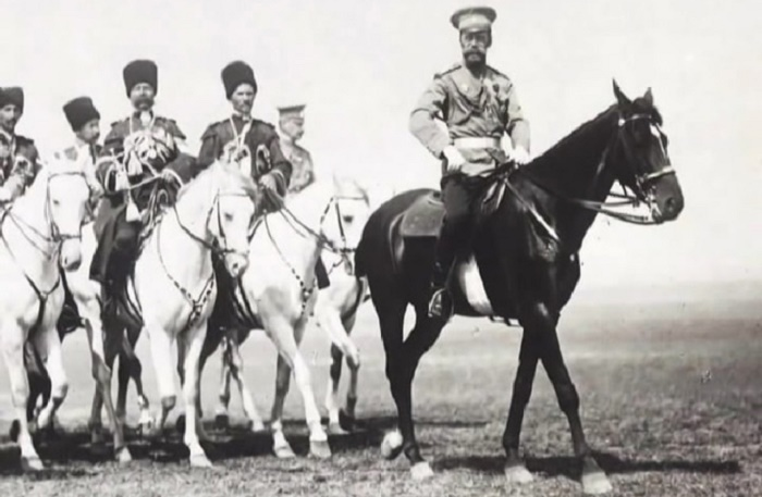 Николай II с охраной из конвойного эскадрона / Фото: saint-petersburg.com