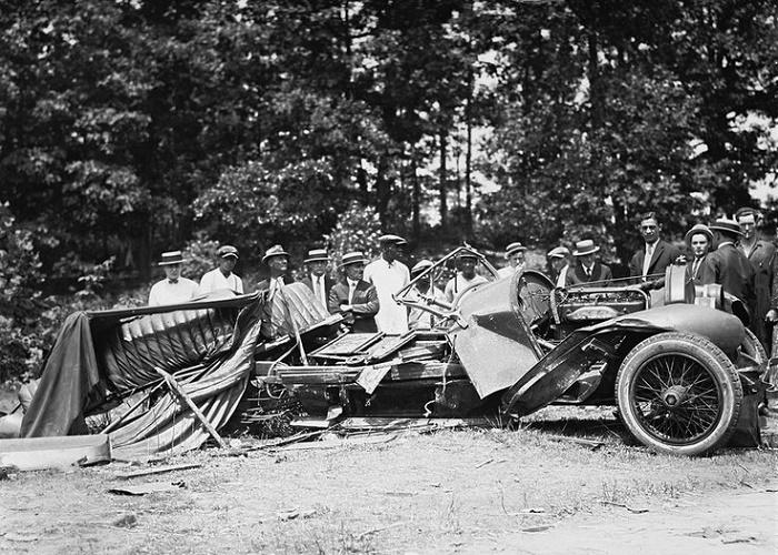 Автомобиль бутлегеров, разбившийся во время преследования полицией, 1929 год. Источник: bbc.com