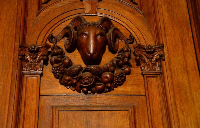 Украшение на двери в виде барана. / Фото: mishanita.ru