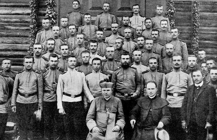 Епископ Юзеф Гавлина с солдатами «Армии Андерса» / Фото: mwb.com.pl