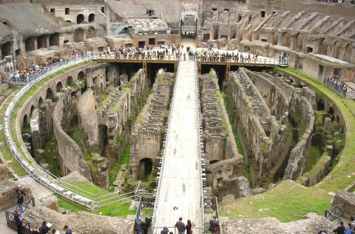 Из-за сильной влажности нижние переходы Колизея постоянно покрываются плесенью / Фото: albertis-window.com
