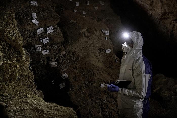 Археологи в пещере острова Сулавеси / Фото: newatlas.com