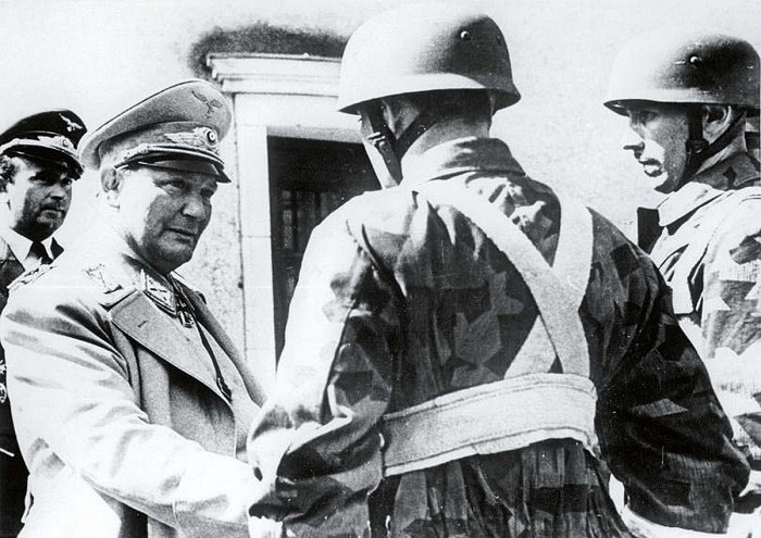 Рехсмаршал авиации Герман Геринг подбадривает десантников «Люфтваффе» / Фото: facebook.com