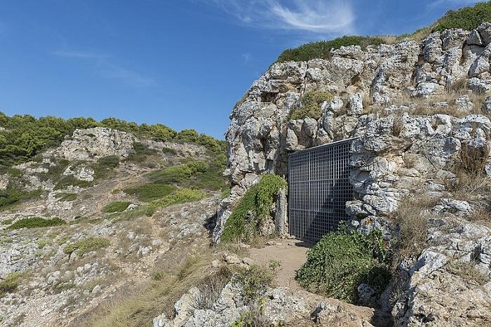 Вход в пещеру Grotta del Cavallo, где археологами были обнаружены микролиты первобытной культуры Улуццо / Источник: wikipedia.org