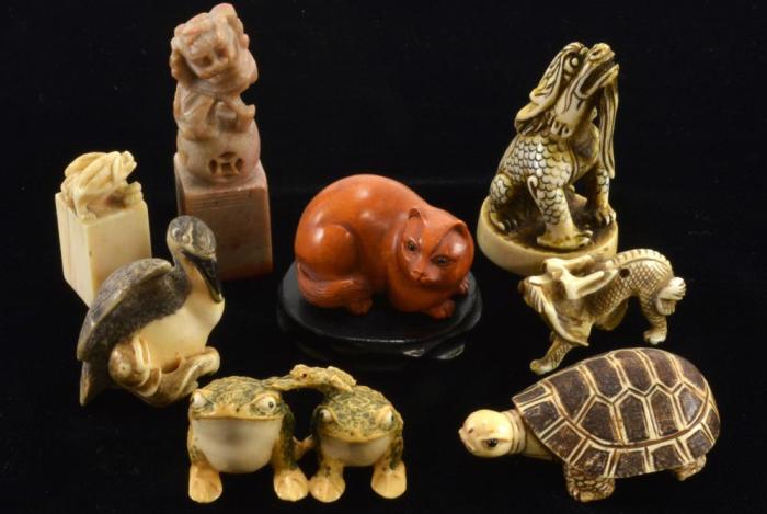 Нэцкэ, выполненные из разных материалов. / Фото: invaluable.com