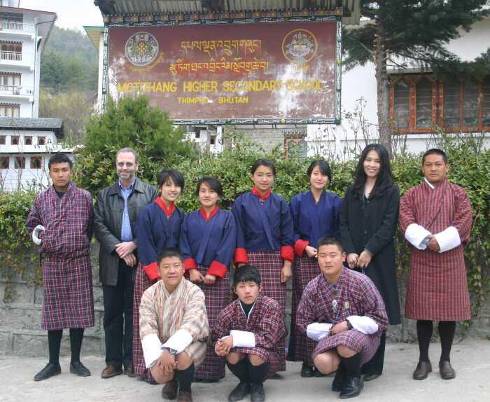 Все школьники Бутана в независимости от возраста обязаны носить форму / Фото: greenacrosstheworld.org