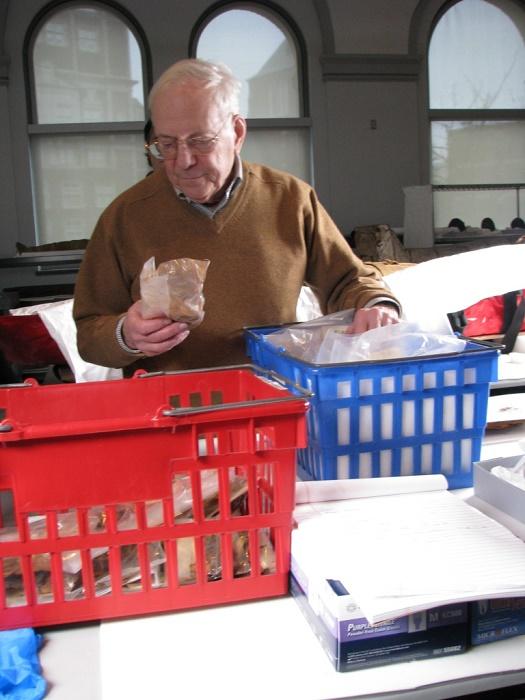 Майкл Циммерман изучает археологические образцы / Источник: facebook.com