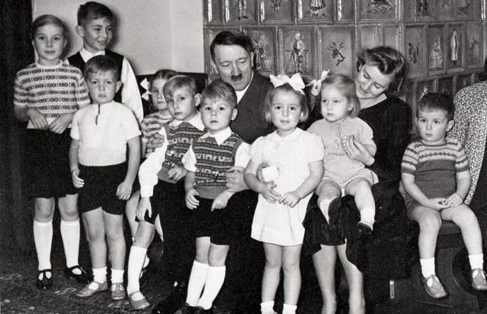 Гитлер с Гердой Борман и ее детьми / Фото: historyofyesterday.com