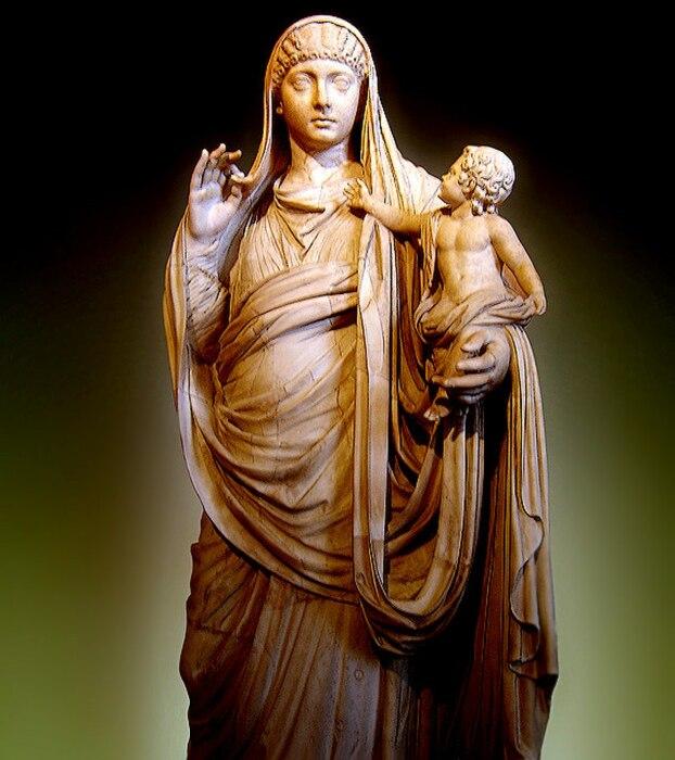 Мессалина держит на руках сына Британнника, которому не суждено дожить до четырнадцатилетия, статуя в Лувре / Фото: hmong.ru