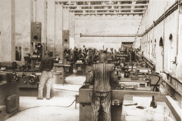 Заключенные в одном из заводских цехов завода Siemens, 1942 год / Фото: subcamps-auschwitz.org