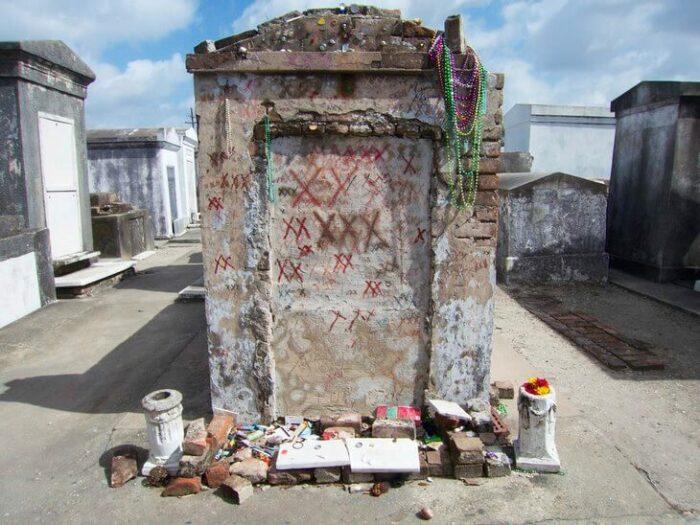 На могиле Мари Лаво принято просить о самом  сокровенном и рисовать крестик / Фото: luxalux.ru