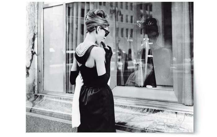 Героиня Одри Хепберн напротив витрины магазина Tiffany & Co (кадр из фильма) / Фото: www.tiffany.ru