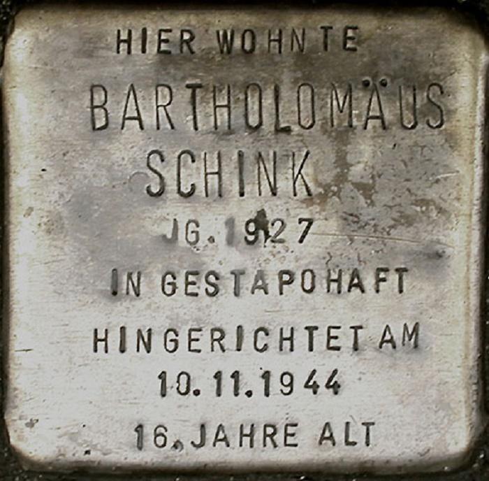Памятная табличка на доме, где жил один из казненных эсесовцами «пиратов» Бартоломеус Шинк / Фото: twitter.com