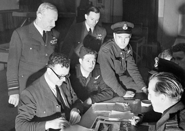 Маршал авиации Артур Харрис участвует в разработке плана бомбардировок Германии, май 1943 года / Фото: alamy.com