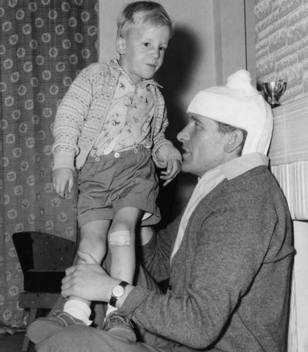 Травмированный Берт Траутманн на «больничном» с сыном, 1956 год / Фото: mancity.com