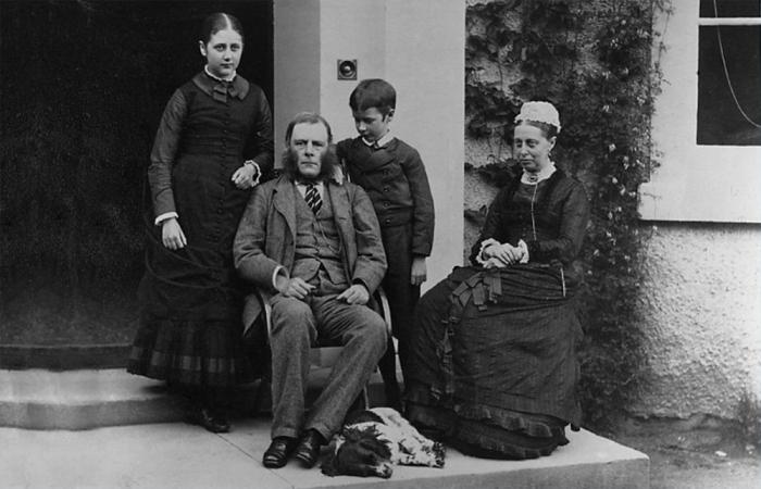 Юная Беатрикс с родителями и братом. / Фото: vintagenewsdaily.com