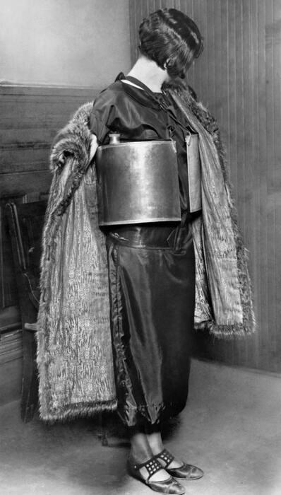 Девушка, задержанная за бутлегерство полицией Миннеаполиса, 1924 год / Источник: alamy.com